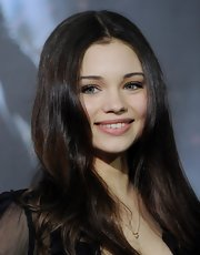India Eisley accentuated her youthful looks with natural makeup when she attended the 'Underworld: Awakening' premiere.