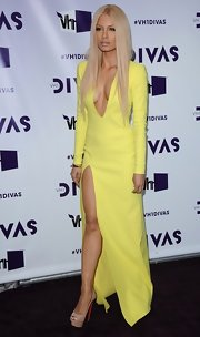 Havana Brown proved that less is more as she wore few items - a long dress, a pair of peep toe platforms, and a gold bangle - at VH1 Divas.