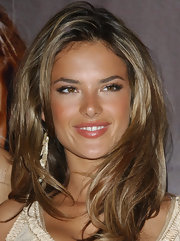 Alessandra Ambrosio maintained her natural look with pink lipstick with a hint of sheen.