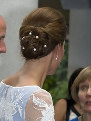 The Duchess kept her swirly hairstyle in place with elegant pearl-accented bobby pins. How chic!