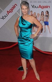 Jamie Lee Curtis showed off her stunning figure in a one-shoulder satin teal dress.