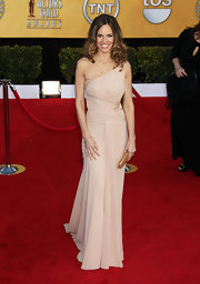Hilary Swank complemented her nude gown with a gold glittery hard case clutch.