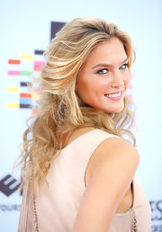 Bar Refaeli wore her hair in messy curls for the MTV Music Awards in Europe.