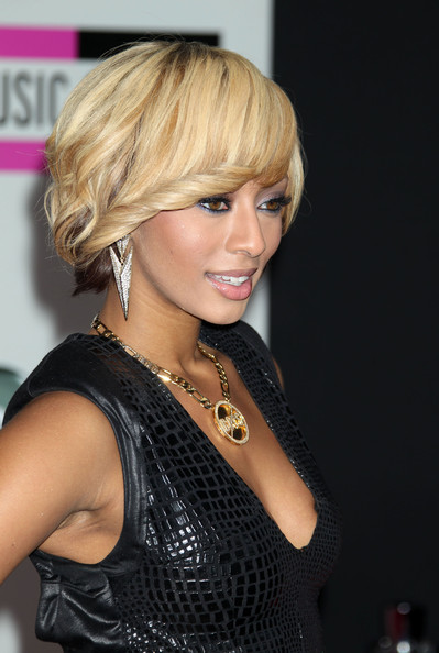 Keri Hilson styled her hair into a short wavy 'do for the 2010 American Music Awards.