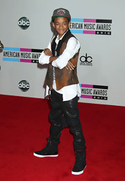 """Jaden Smith sported basketball sneakers at the AMAs. """"The Karate Kid"""" star paired the black shoes with leather pants and a confident pose."""
