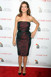 Kate Walsh accessorized her strapless burgundy dress with sophisticated black leather pumps.