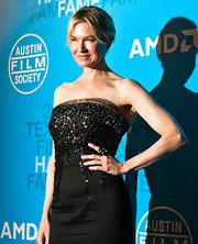 Renee paired her sparkling Carolina Herrera dress with a black onyx and diamond cocktail ring.