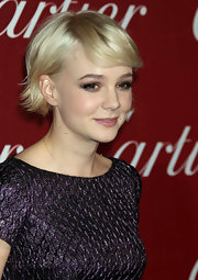 Carey Mulligan highlighted her glow with a side wept short straight cut that was slightly flipped at the ends.