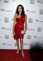 Teri looked glamorous in a red satin and chiffon, one-shoulder, crimson-colored cocktail dress. She wisely kept her accessories to a minimum.