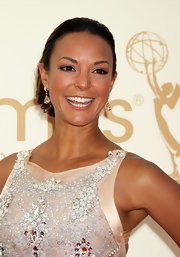 Eva la Rue topped off her sparkly Emmys look with a pair of teardrop earrings.