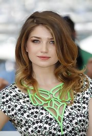 Eve Hewson styled her hair in soft curls at the photo call for 'This Must Be The Place.'
