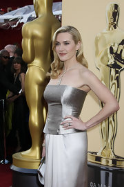The ever flawless Kate Winslet looked dazzling at the Oscars with a side-parted old Hollywood hairstyle. Her blonde highlighted locks were tucked behind one ear with loose lustrous curls pulled to the front.