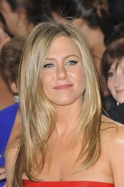 Jennifer Aniston stuck with her signature hairstyle for the 2013 Oscars — down, sleek, and straight.