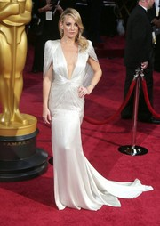 Kate Hudson channeled Old Hollywood glamor in a silky white Versace gown with a removable cape at the 2014 Academy Awards.