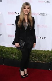 Jennette McCurdy paired her black leggings with a tailored blazer that button at the waist.