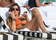 Aida Yespica wore aviators with her orange bikini during a trip to a Miami beach.