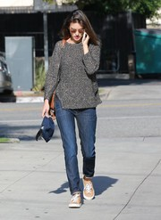 Alessandra Ambrosio sealed off her casual look with a pair of beige suede sneakers by Common Projects.
