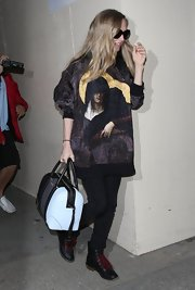 Amanda Seyfried topped off her chic look with a blue and black bowler bag.
