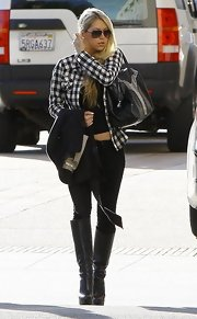 Anna jazzed up her plaid shirt with a pair of rockin' black leather boots. Her casual look was extra spicy with a few added accessories.