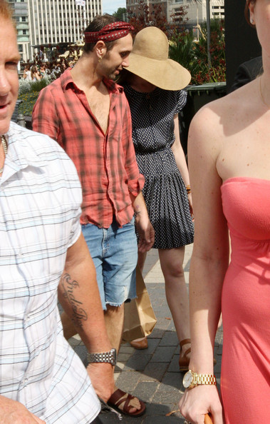 More Pics of Anne Hathaway Wide Brimmed Hat (1 of 22) - Anne Hathaway Lookbook - StyleBistro