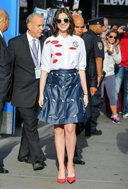 Anne Hathaway continued the playful vibe with a blue cutout leather skirt by Osman.