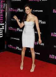 Noureen DeWulf arrived at the premiere of 'The Backup Plan' wearing an off-white tube bandage dress.
