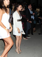 Nicole paired her kimono dress witch chic snakeskin pumps.