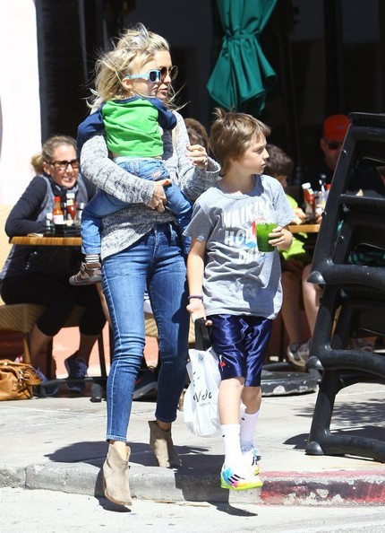 Kate Hudson Takes Her Boys to Lunch