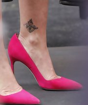 Melissa Rivers selected hot pink pumps to bring some color to her look while doing an interview for 'Extra.'