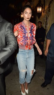 Lily Aldridge chose a pair of distressed boyfriend jeans by Re/Done to finish off her outfit.