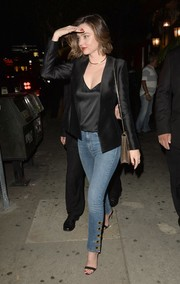 Miranda Kerr sealed off her look with a pair of button-ankle skinny jeans.