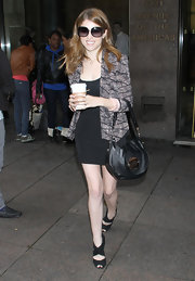 Anna Kendrick styled her sleek look with a slouchy black Mulberry bag.