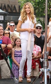 Denise Richards stuck to summery colors when she donned this pair of white jeans.