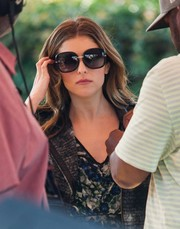 Anna Kendrick arrived for her appearance on 'Extra' looking chic in oversized sunnies.