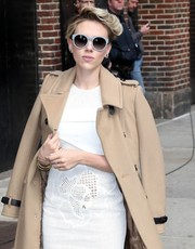 Scarlett Johansson made her way to the 'Letterman' studio wearing a pair of round gray sunnies by Stella McCartney.