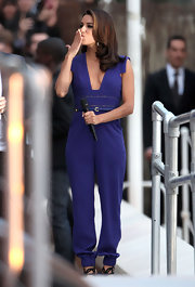 Eva looked amazing in this dark blue jumpsuit with a gold buckle detail.