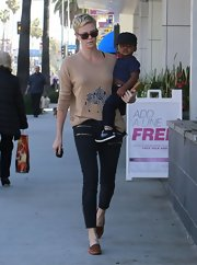 Charlize Theron sported skinny jeans with gold zippers on the front for a funky and edgy look.