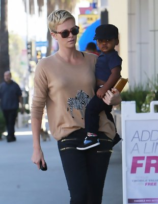 Get Charlize Theron's Casual Outfit (Really!)