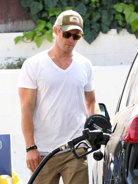 A classic, white v-neck tee gave Chris Hemsworth a totally casual and cool look while out with this family.