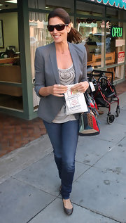 Cindy Crawford maintained her simple street style with a pair of dark skinny jeans and flat.