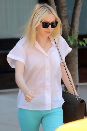 Dakota Fanning paired her bright skinny jeans with classic black wayfarers.