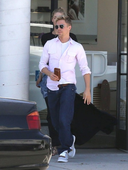 A pair of dark-wash jeans kept Derek Hough's look casual and relaxed.