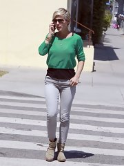 Elsa chose a pair of gray skinny jeans to dress up her casual street style.