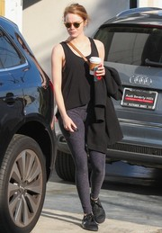 Emma Stone completed her workout attire with a pair of gray leggings.