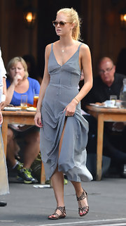 Erin looked sexy and casual in her fitted day dress with skinny nautical stripes while out to lunch in NY.