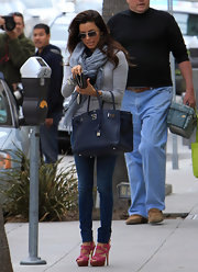 Eva Longoria elevated her jeans outfit with a luxurious Birkin bag.