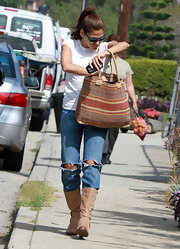 Eva Mendes dug through a summery red and orange straw tote.