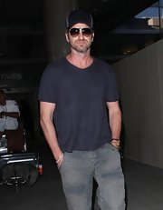 Gerard Butler is usually a fan of the casual, laid back look as seen here where the star chose a simple blue t-shirt for his flying attire.
