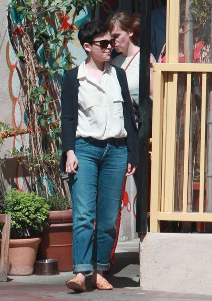 Ginnifer Goodwin chose a pair of loose boyfriend jeans for her casual look while out with friends.
