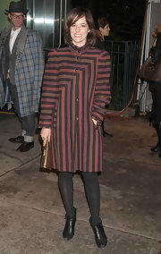 Parker Posey paired an adorably striped coat with opaque tights and scuffed black ankle boots.